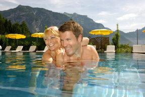 Paar im Pool, Tirol, Österreich
