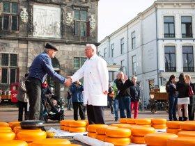 Feilschen am Käsemarkt ohne c VVV Gouda