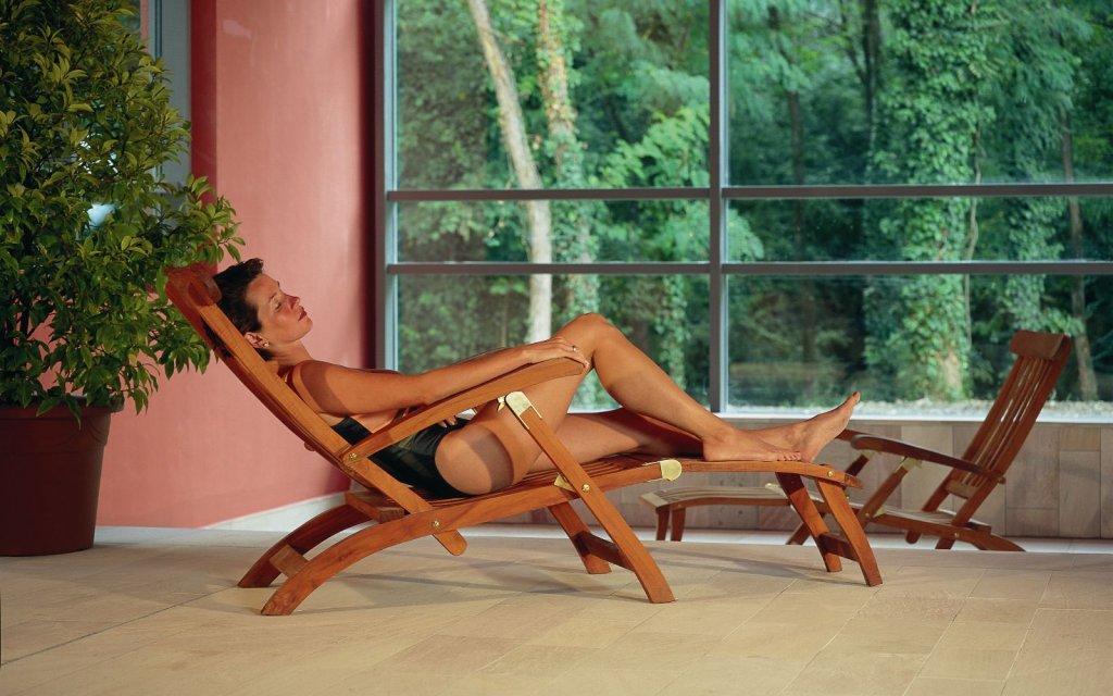 Frau auf einer Relaxliege