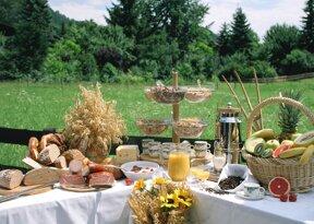 Frühstücksbuffet im Garten