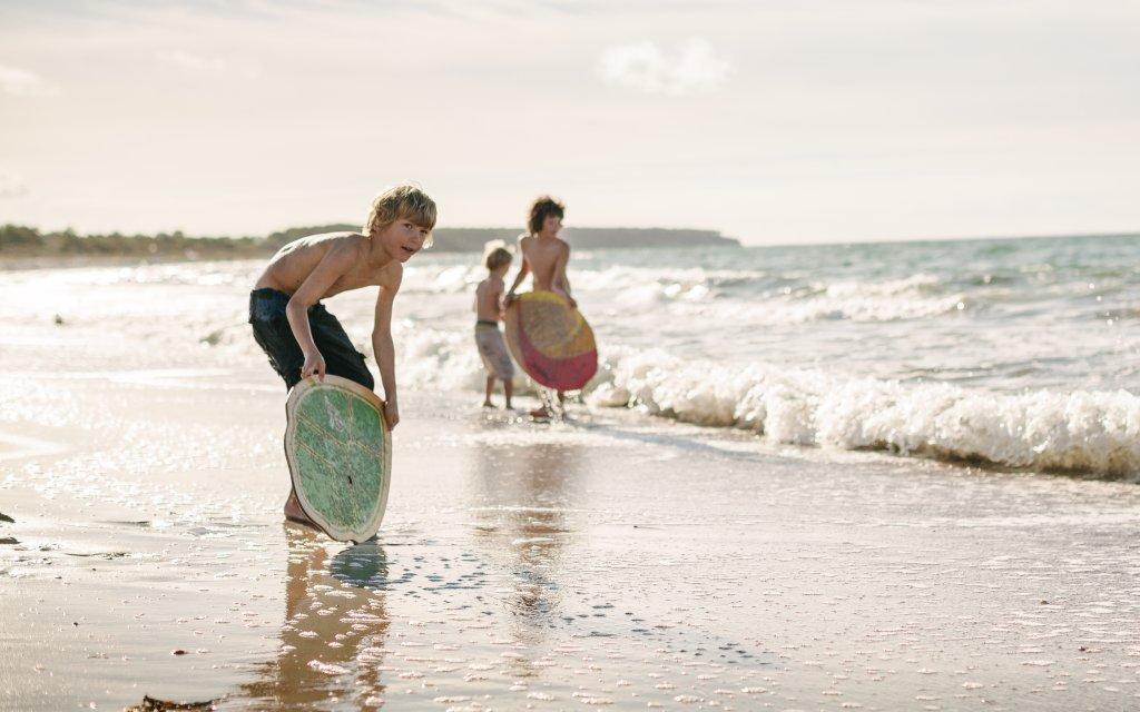 Kinder spielen am Ostseestrand