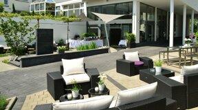 A Hotel Aussenansicht Hoteleingang Terrasse 1