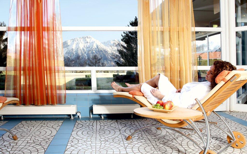 Wellnessbereich mit Bergpanorama vor dem Fenster
