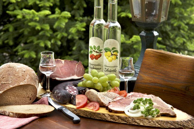 Schwarzwälder Vesperplatte mit Weißwein