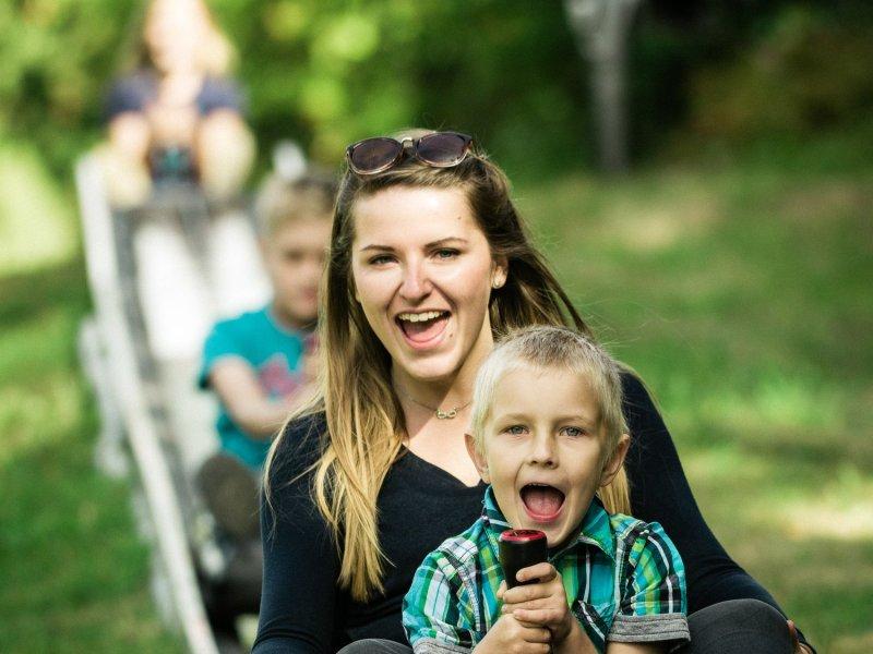 Mutter und Kind auf der Sommerrodelbahn Altenberg