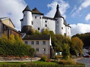 weißes Schloss in den Ardennen