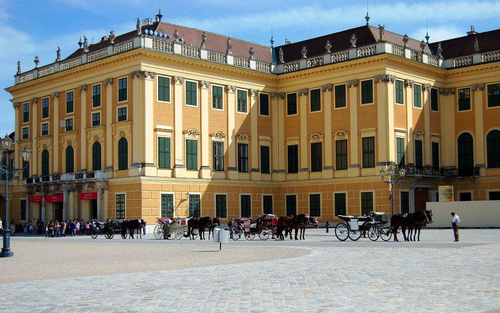 Schloss Schönbrunn mit Fiakern