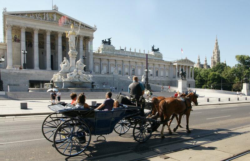 Fiaker vor dem Parlamentsgebäude in Wien
