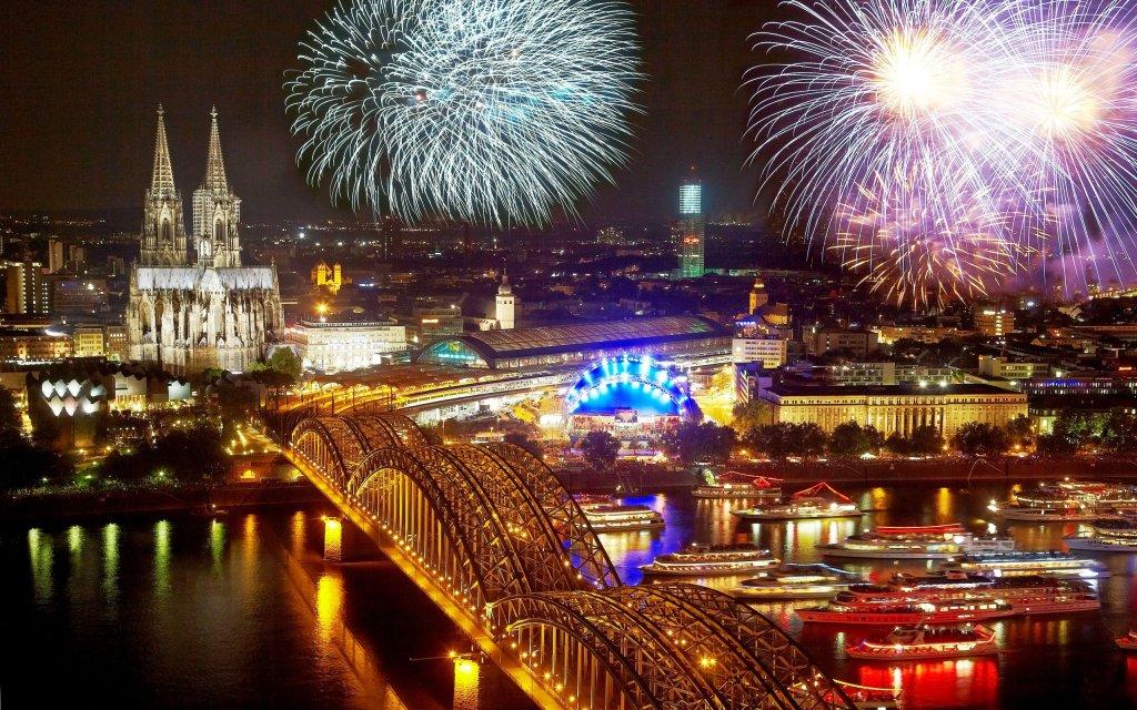 Feuerwerk über Köln mit Dom