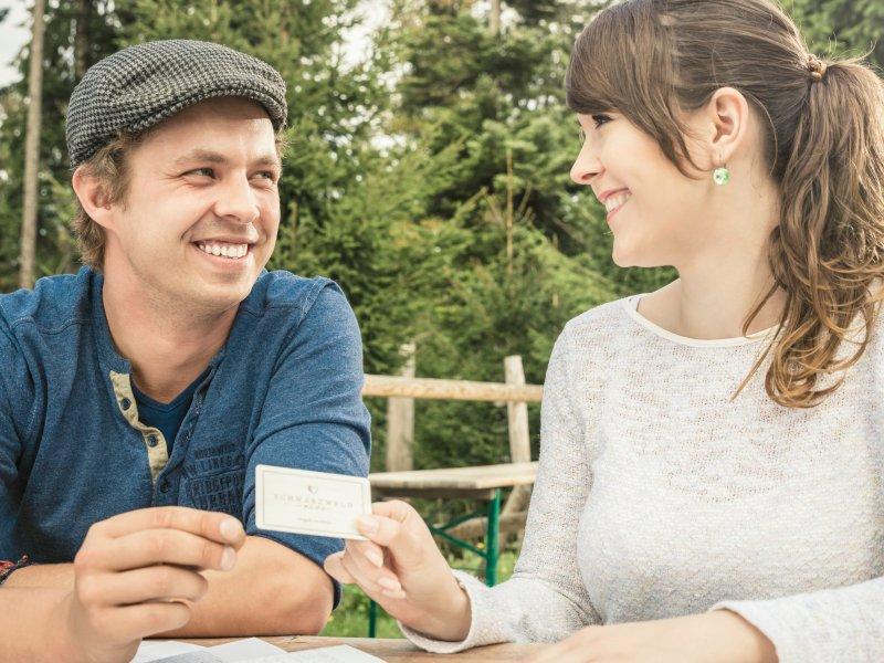 Paar mit der Schwarzwald Plus Karte