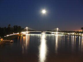 Fussgaengerbruecke nachts C Magnus Manske, Wikipedia
