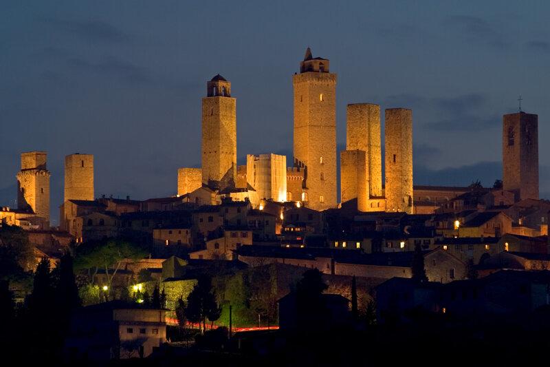 die erleuchteten Türme von San Gimignano bei Nacht