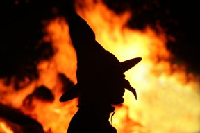 Hexe vor Feuer c Harzer Tourismusverband Matthias Bein
