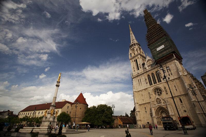 Kathedrale von Zagreb mit eingerüstetem Turm