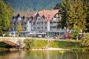 Hallo, hier ist unser Hotel am Alpensee!
