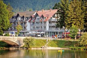 Außenansicht des Hotels Jezero mit Blick auf den See von Bohinj.