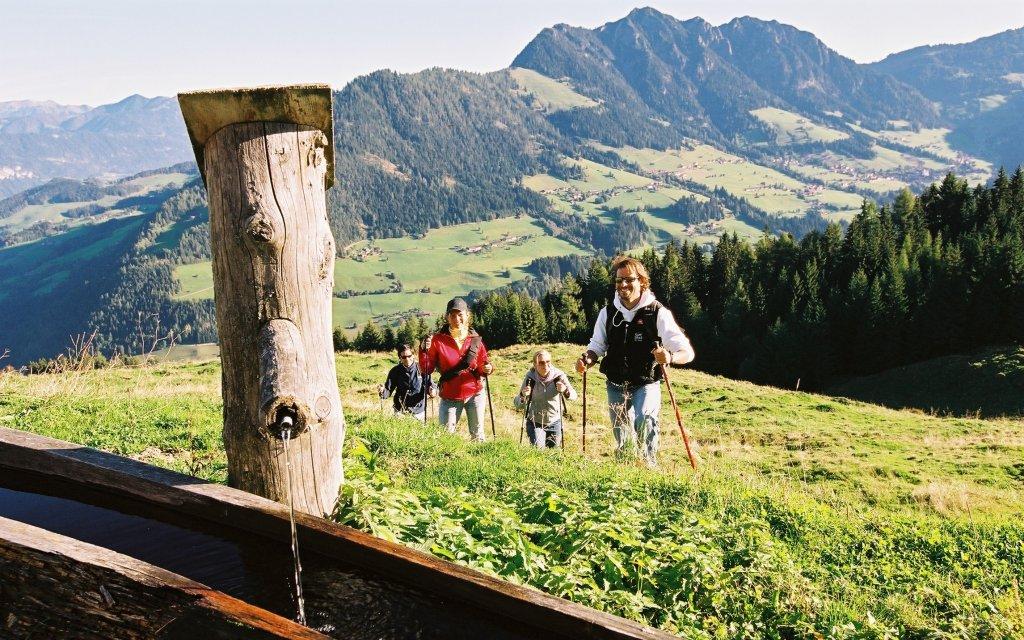 Familie beim Wandern in Österreich