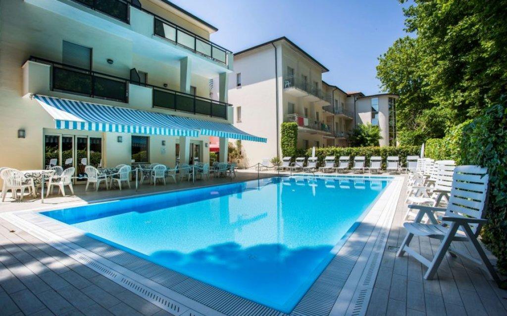 Cervia Hotel Athena pool aussen Außenansicht