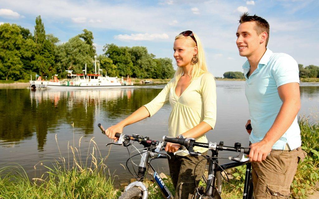 Radfahrer an der Saale in Nienburg