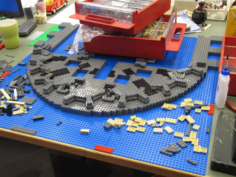 Spieltisch mit Legosteinen im LEGOLAND® Discovery Centre Oberhausen