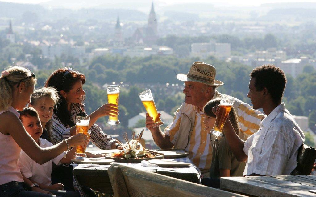 Biertrinker vor der Kulisse vom Neustadt