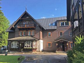 Das Hotel Tri Ruze im traditionellen Holzbaustil