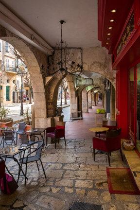 Grasse, Place au Aires, Les Arcades c Emmanuel Juppeaux
