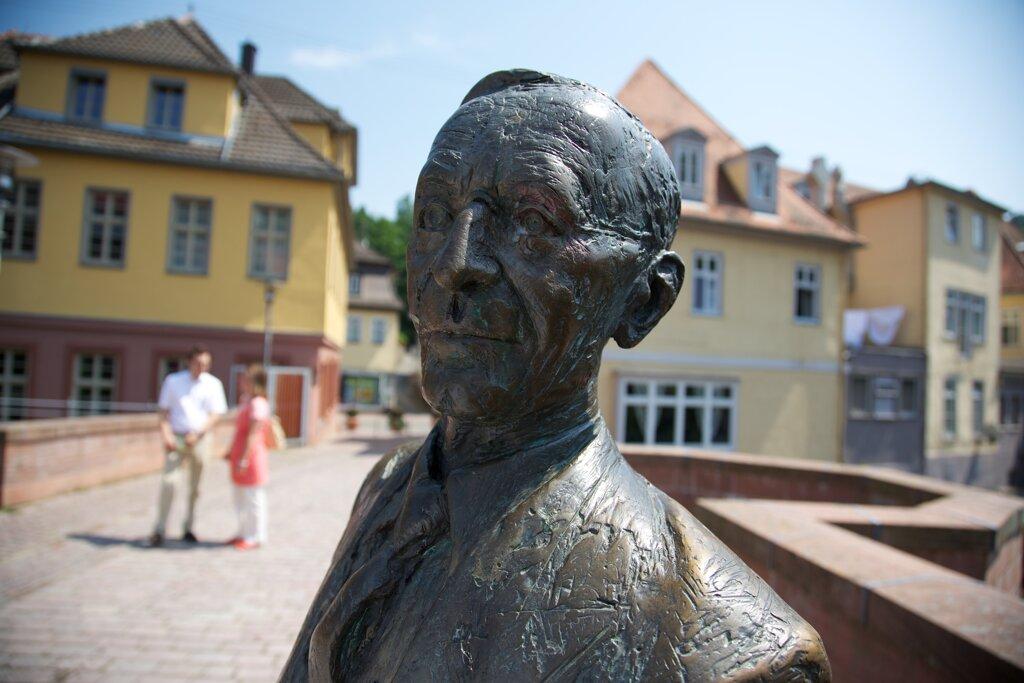Hesse-Statue auf der Nikolausbrücke c Stadt Calw