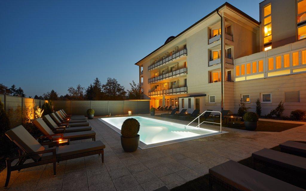 Bad Wildungen Göbel's Hotel Quellenhof aussen Pool Außenansicht
