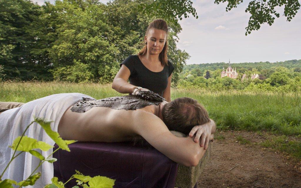 Mann bekommt Rückenmassage im Muskauer Park