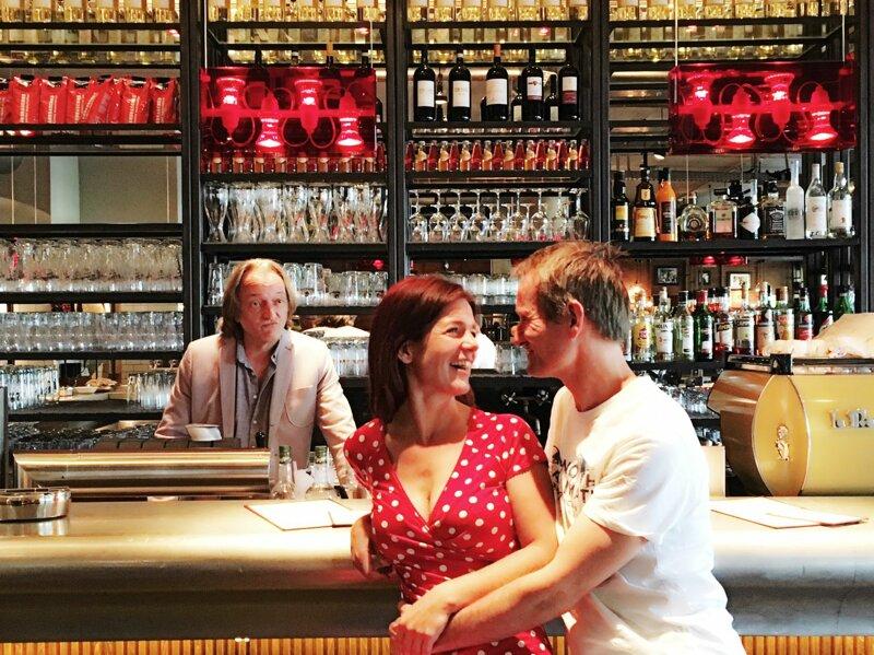 Theaterschiff Heilbonn- Paar an der Bar