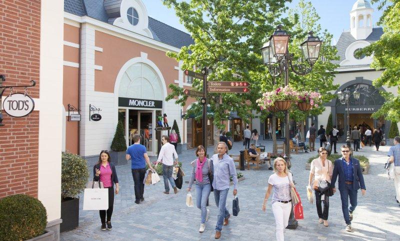Besucher im Designer Outlet Roermond