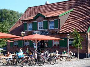 Außenansicht Hotel zur Linde mit vollem Biergarten und Fahrrädern