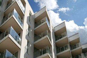 Blick auf das Hotel Ultra Marine von außen mit Zimmern und Balkonen