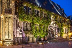 Quedlinburger Rathaus mit Roland abends  Juergen Meusel