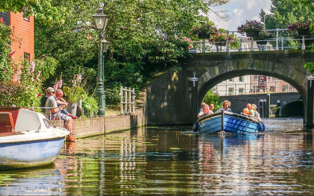 Gracht mit Booten in Leiden in den Niederlanden