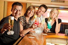 vier junge Menschen an einer Bar