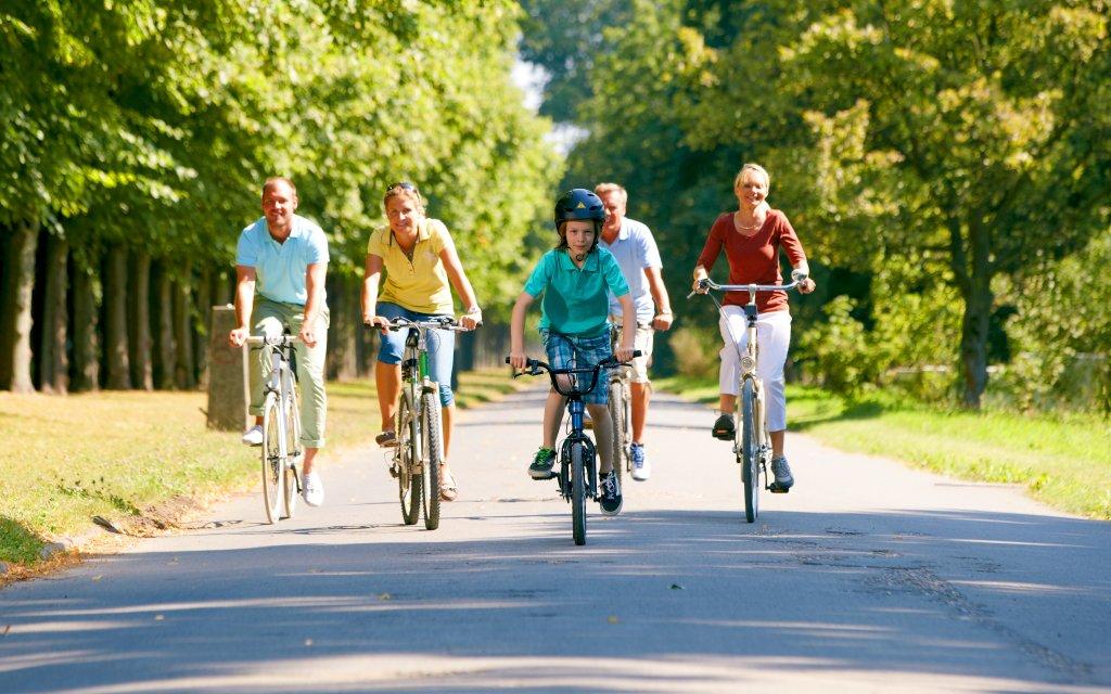 Familie fährt Rad