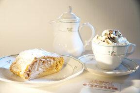 Apfelstrudel und Kaffee