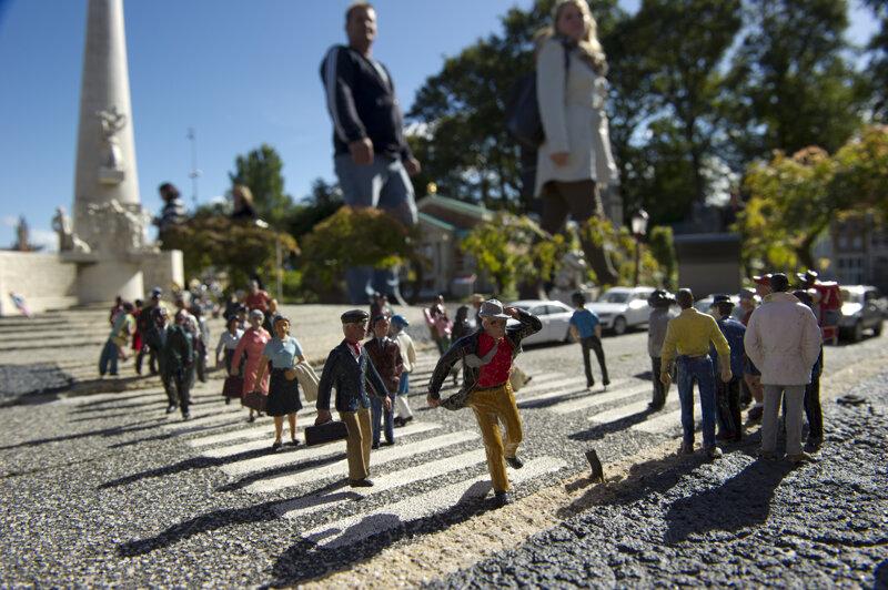 Madurodam in Denn Haag  Menschen vor Menschen-Figuren