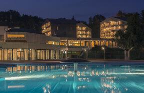 Hotel mit Pool Aussen Nacht