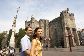die Grafenburg, Wahrzeichen von  Gent, mit Touristenpaar