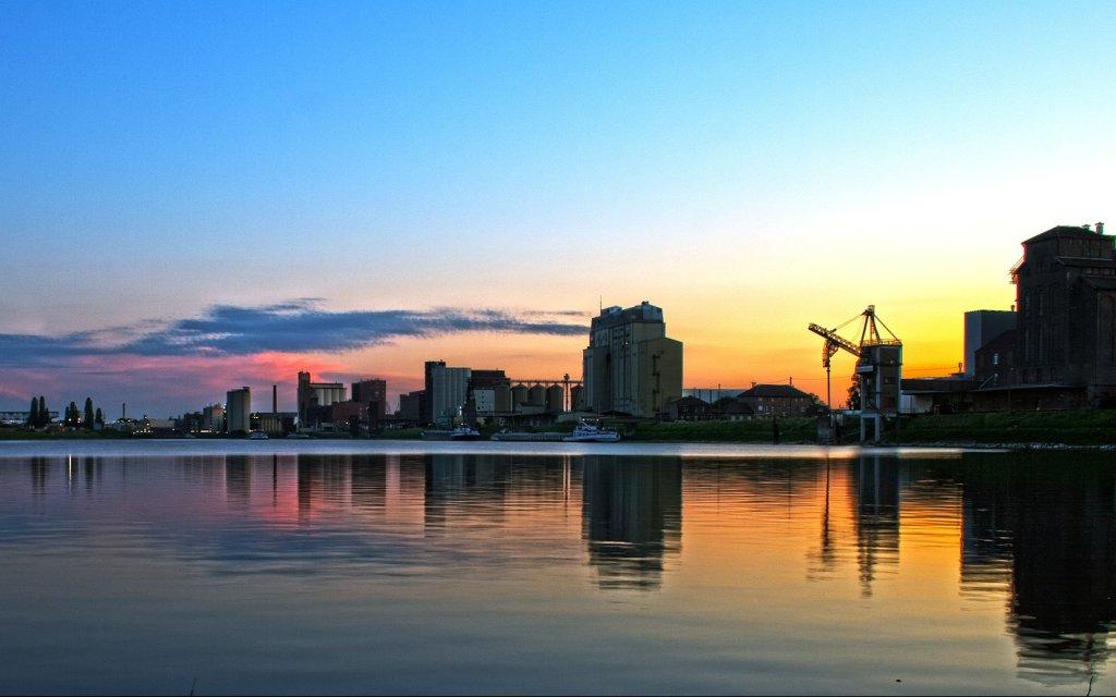 der Hafen von Mannheim zur blauen Stunde
