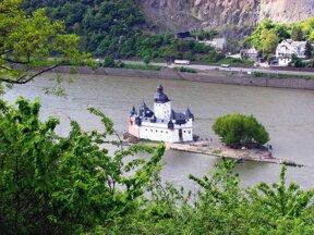 Insel Falkenau im Rhein mit Schloss