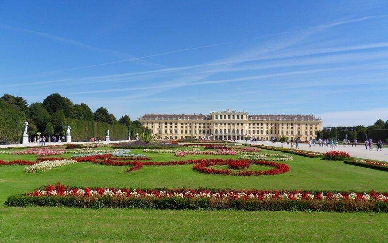 Schloss Schönbrunn in Wien Außenansicht mit Park