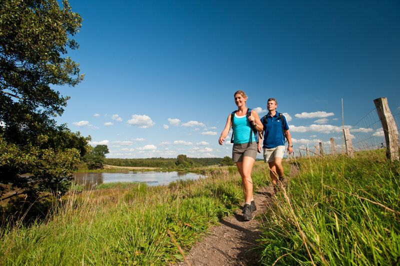 Paar beim wandern am Moor in der Eifel