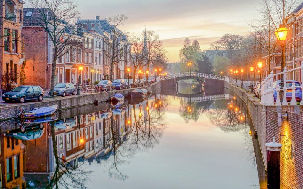 Gracht in Leiden Niederlande