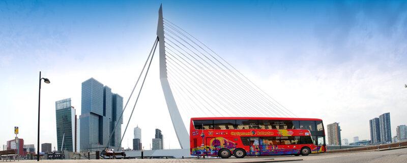Hop-on-hop-off-Bus vor Rotterdams Skyline