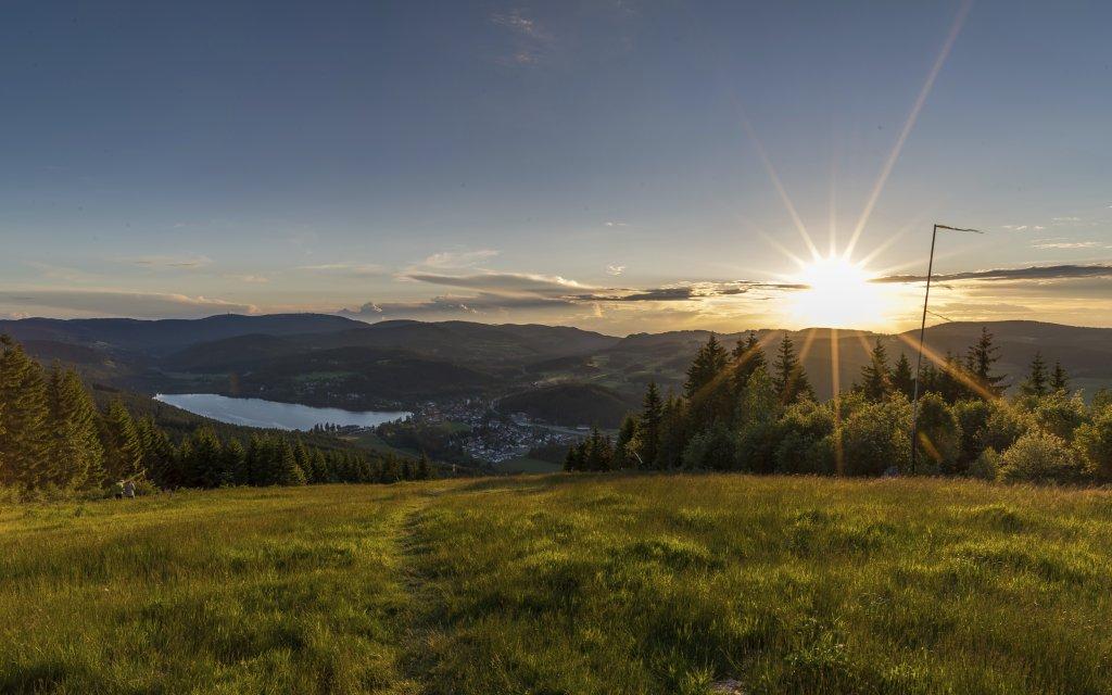 Sonnenuntergang am Hochfirst mit Blick auf Titisee