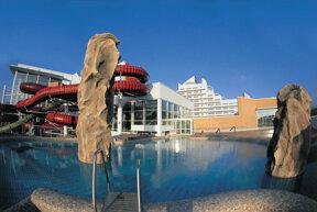 Außenansicht des Wyndham Stralsund HanseDom mit Schwimmbad und Rutsche
